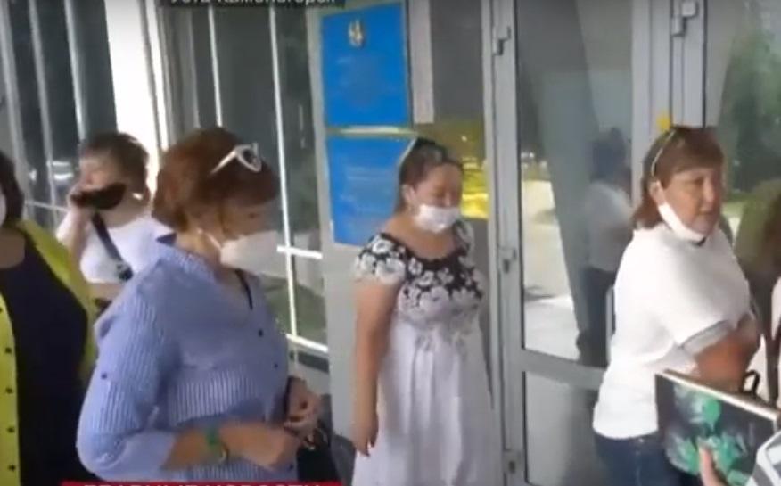 Продавцы устроили скандал на крыльце акимата ВКО