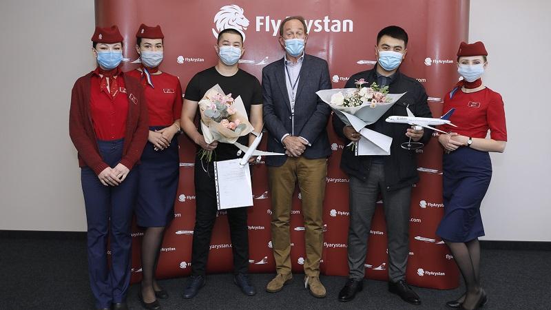 На борту казахстанского лоукостера дебошир пытался открыть дверь самолета в полете