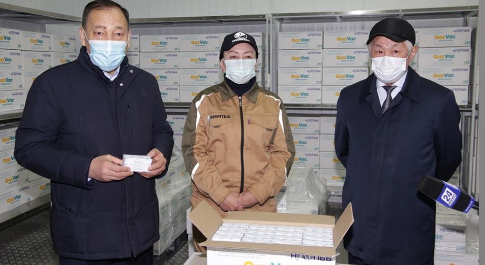 Вышла первая партия казахстанской вакцины QazVac против COVID-19