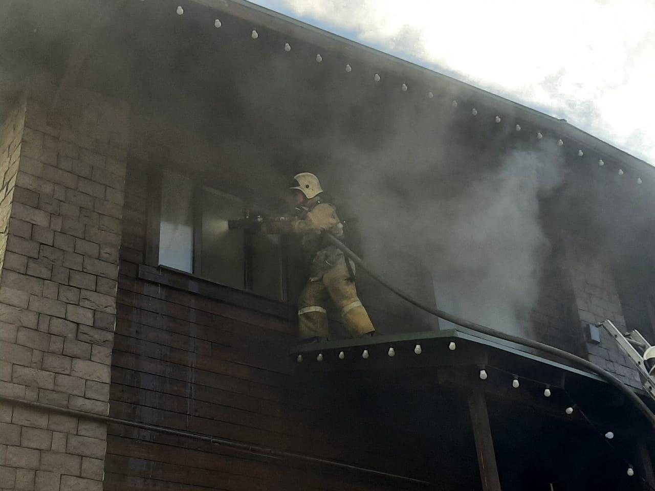 В Алматы тушат пожар в банном комплексе близ Медеу