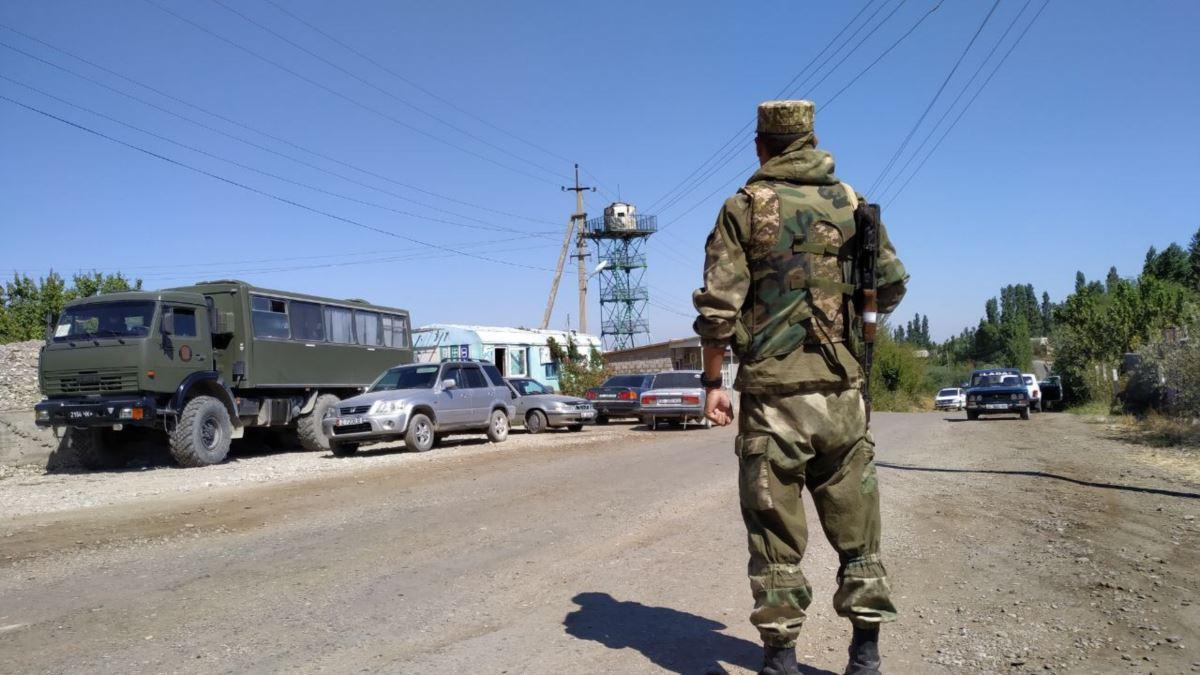 Граждане Таджикистана закидали камнями здание войсковой части в Кыргызстане