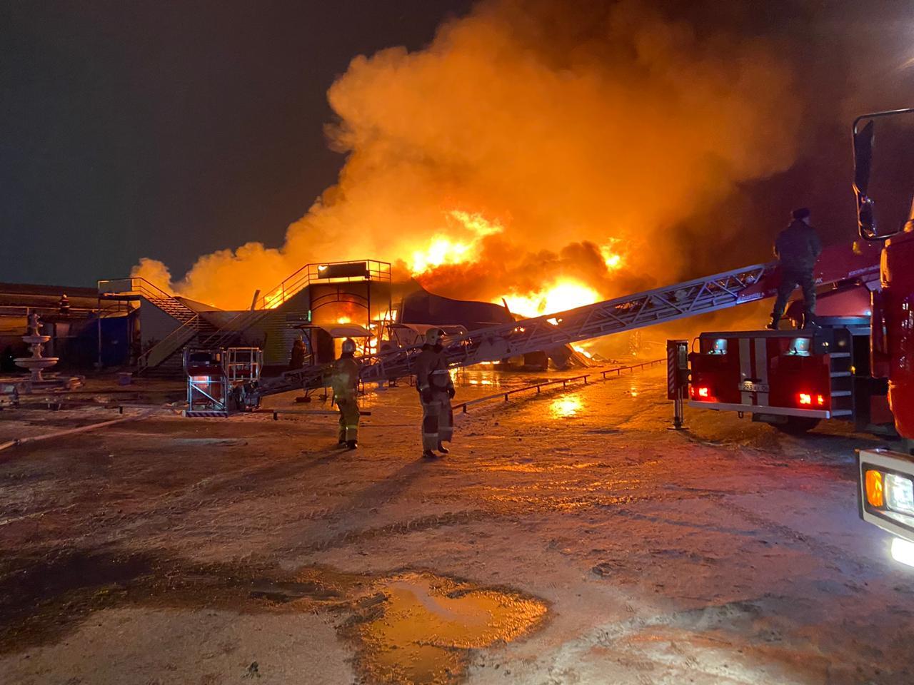 Произошел пожар на одном из рынков в Атырау