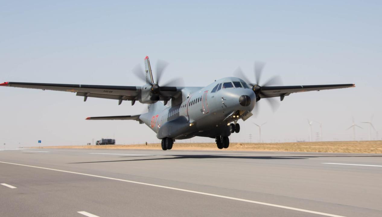 Летчики РК впервые отработали на учениях посадку военных самолетов на автотрассу