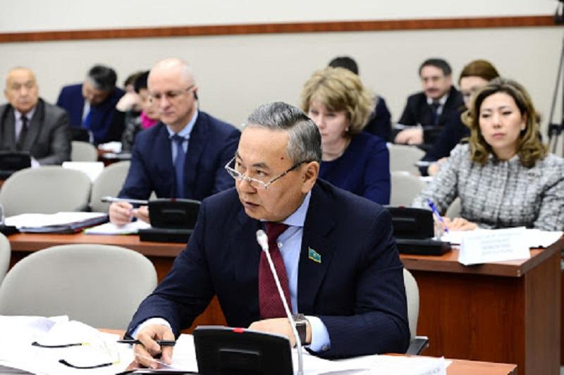 Оксикбаев возмутился подбором спикеров перед мажилисменами