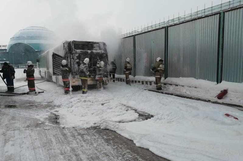 Близ столичного аэропорта загорелся автобус