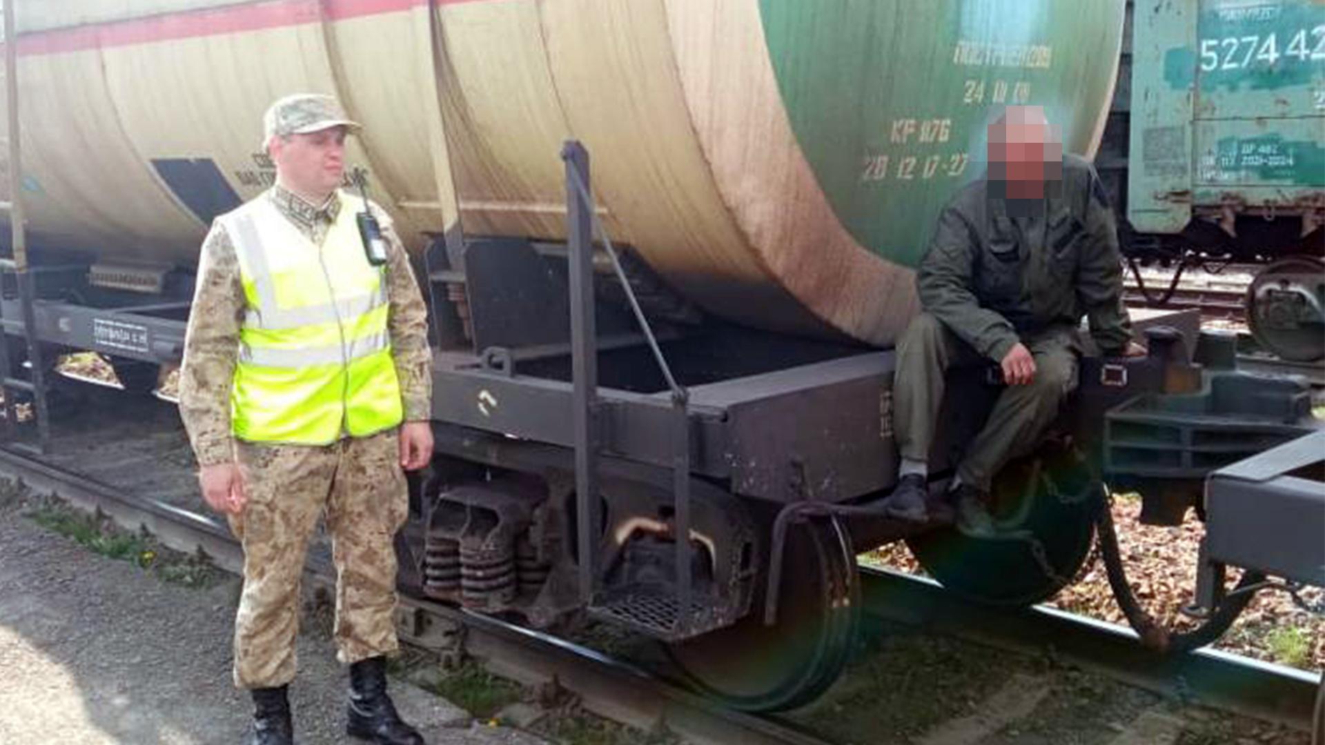 Между грузовыми вагонами пытался спрятаться нарушитель госграницы