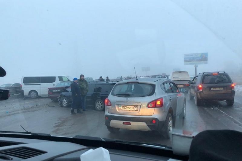 Более 30 автомашин столкнулись на трассе на юго-востоке Казахстана
