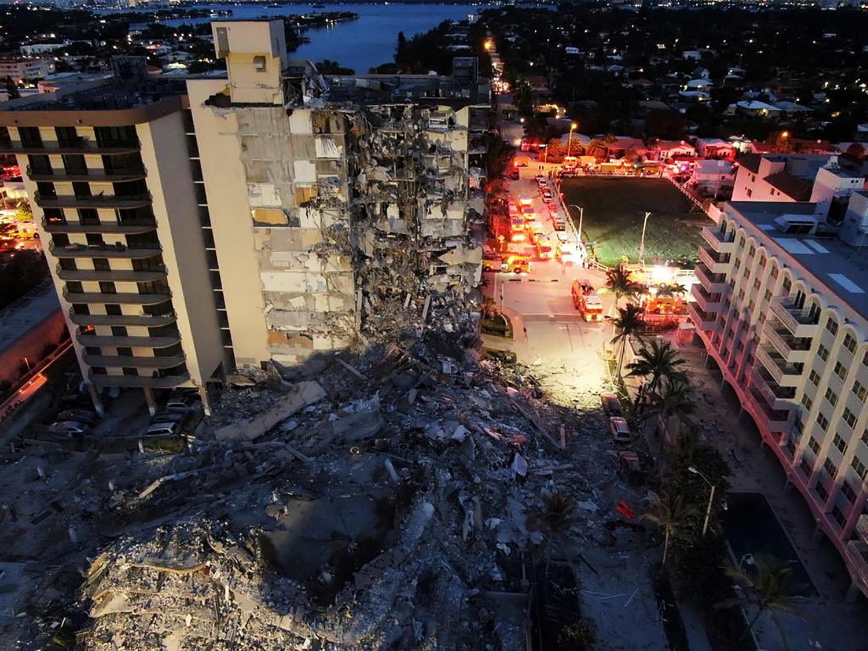 Почти 100 человек ищут спасатели Майами после обрушения здания