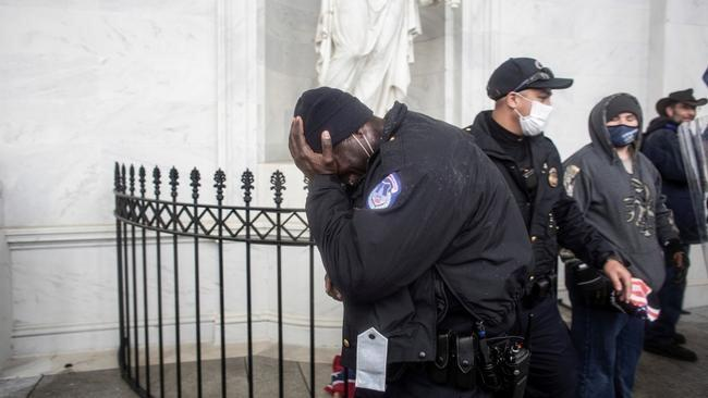 Капитолийдегі шабуылдан кейін екі полицей өз-өзіне қол жұмсады