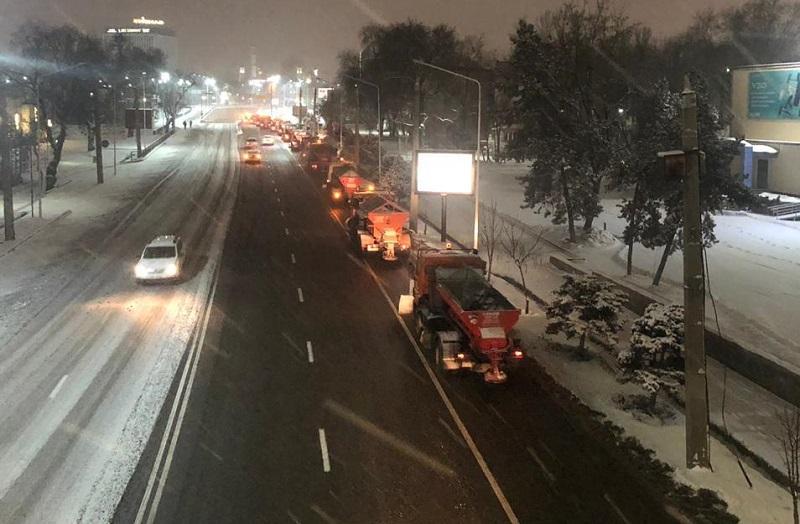 С улиц Алматы за ночь вывезли 230 кубометров снега