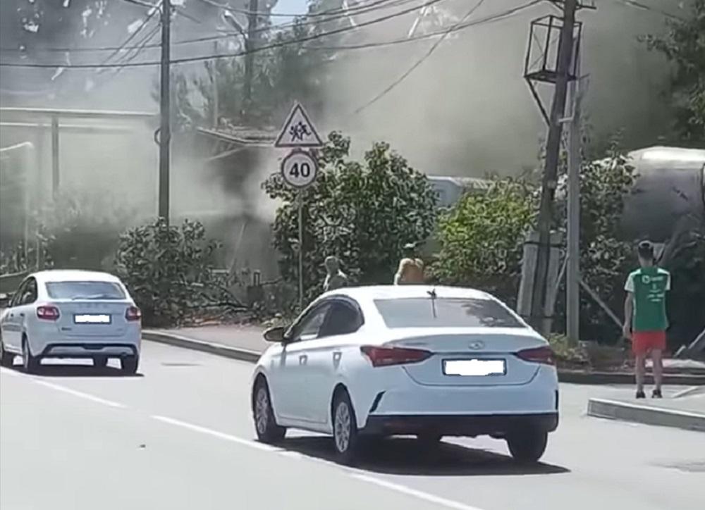 Бетономешалка въехала в дом и снесла газовую трубу в Алматы