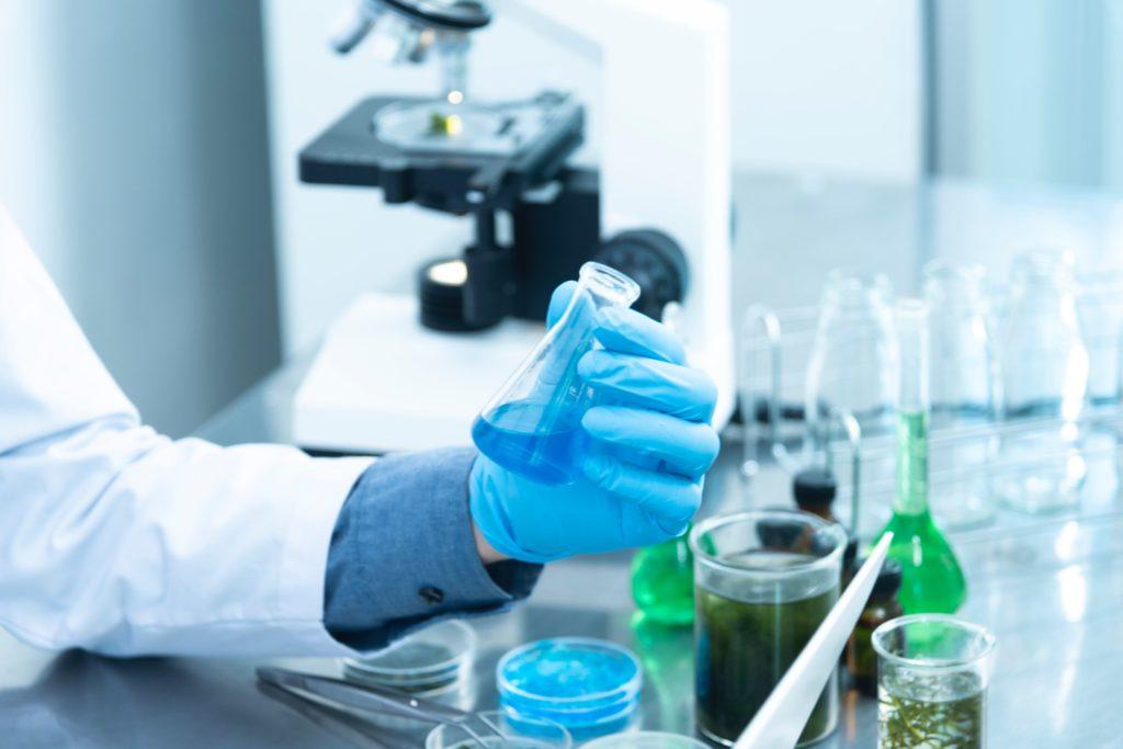 В минздраве пока не связывают вакцинацию со смертью медика в Алматинской области