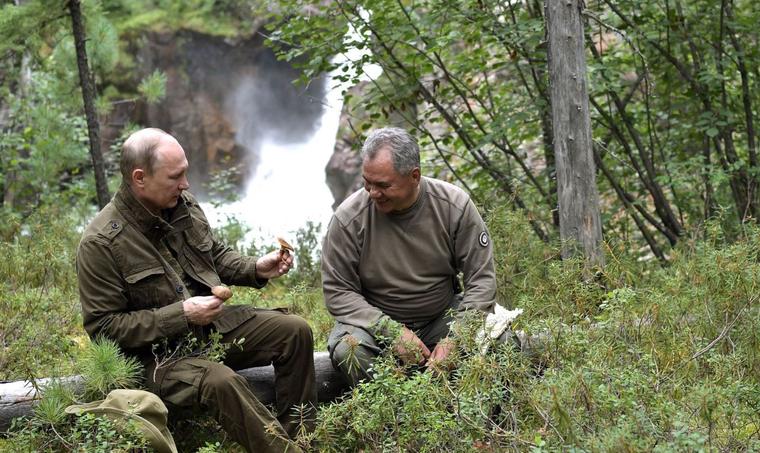Путин отдыхает в тайге с Шойгу