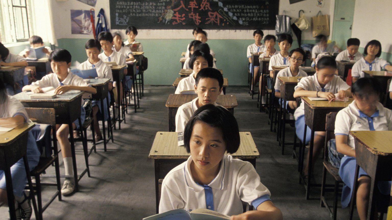 Ученикам запретили пользоваться мобильными телефонами в школах Китая