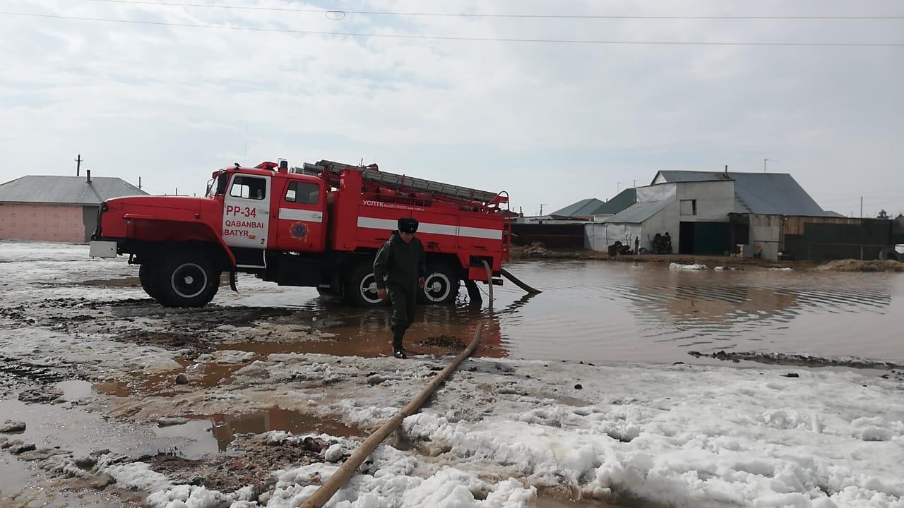 В пригородных поселках Нур-Султана продолжается борьба с паводками