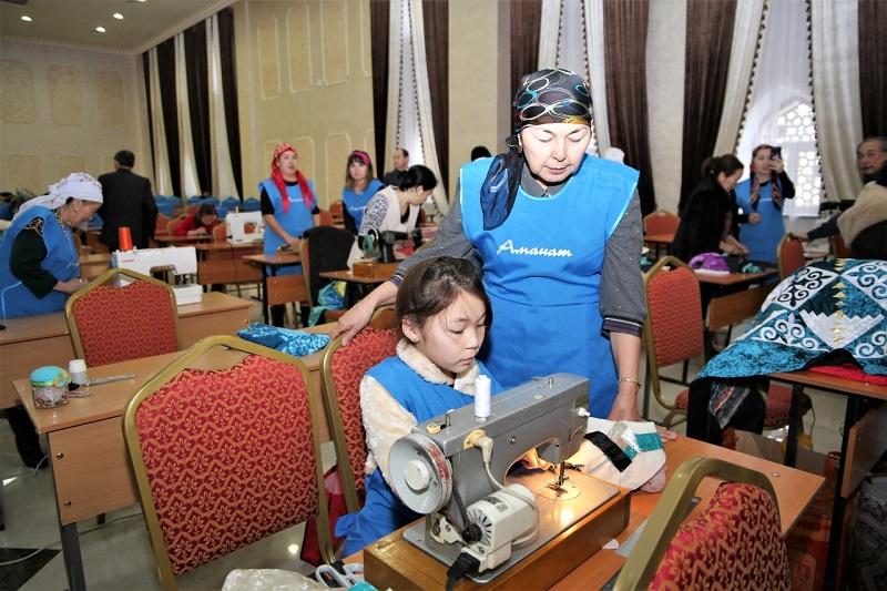 В Таразе многодетных матерей учат шитью и прикладному искусству