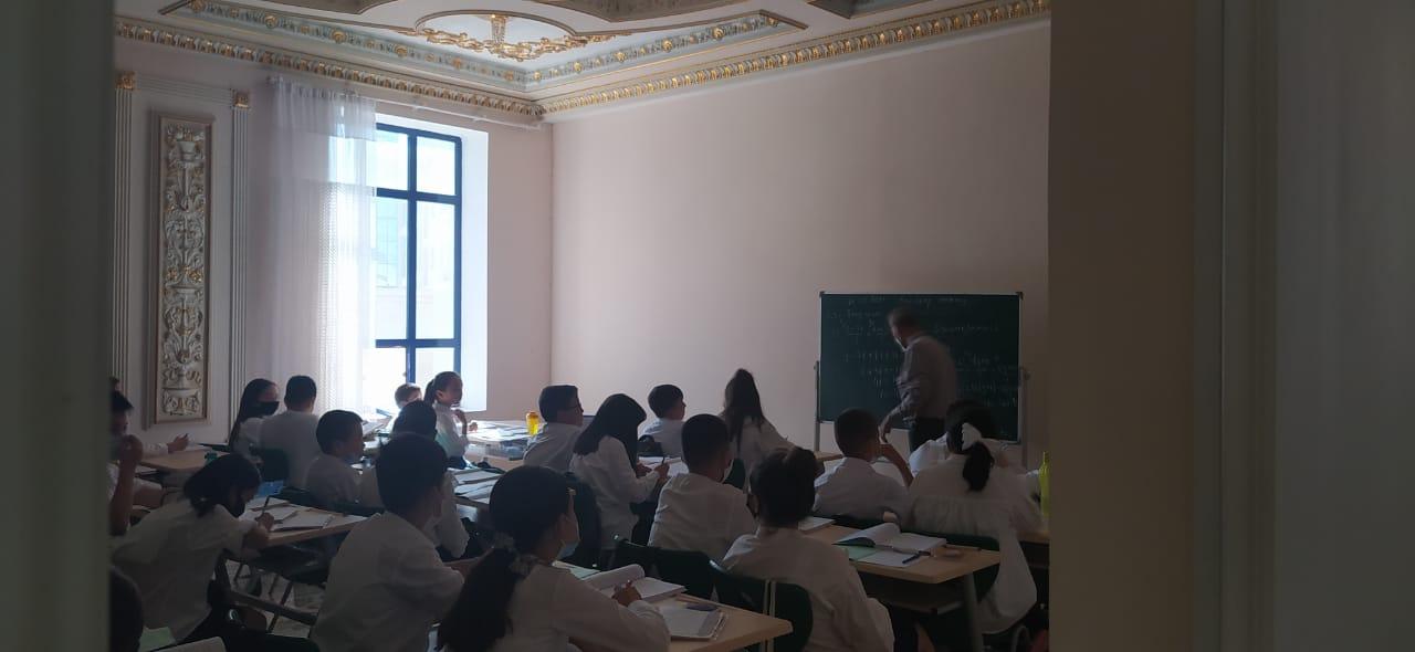 На разделение учеников на платных и бесплатных пожаловалась родитель из Шымкента