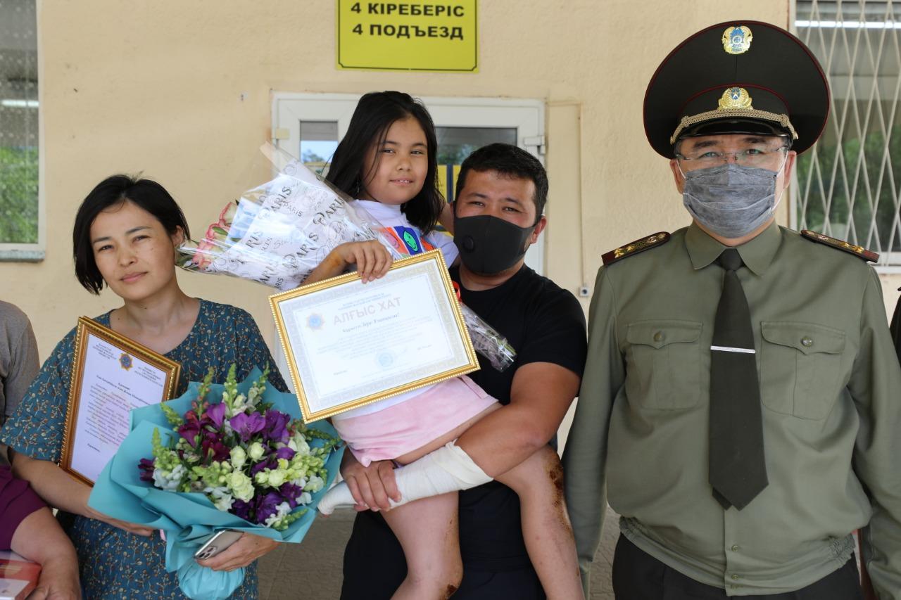 Родителей и девочку, выжившую в Чарынском каньоне, наградили в Алматы