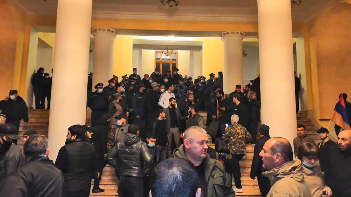 Демонстранты ворвались в здание армянского правительственного комплекса