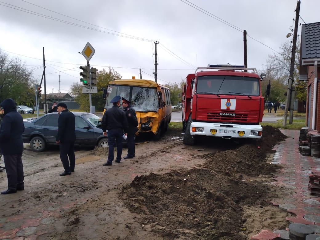 Павлодарда оқушылар автобусы мен өрт сөндіру көлігі соқтығысты