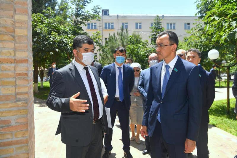 Мәулен Әшімбаев Ташкенттегі Төле би кесенесіне барды