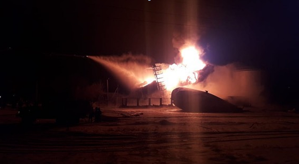 Резервуар с нефтью горит в Актюбинской области