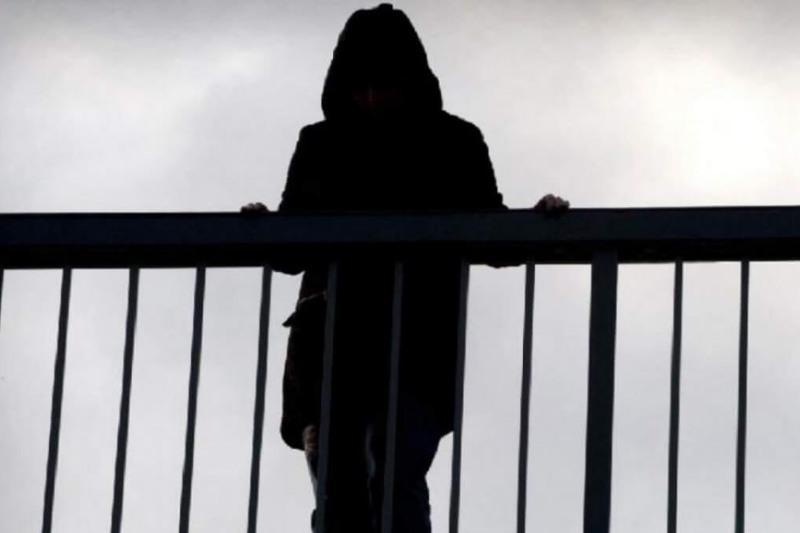 Ақмолада теміржол көпірінен секіріп өлмек болған 32 жастағы әйел құтқарылды