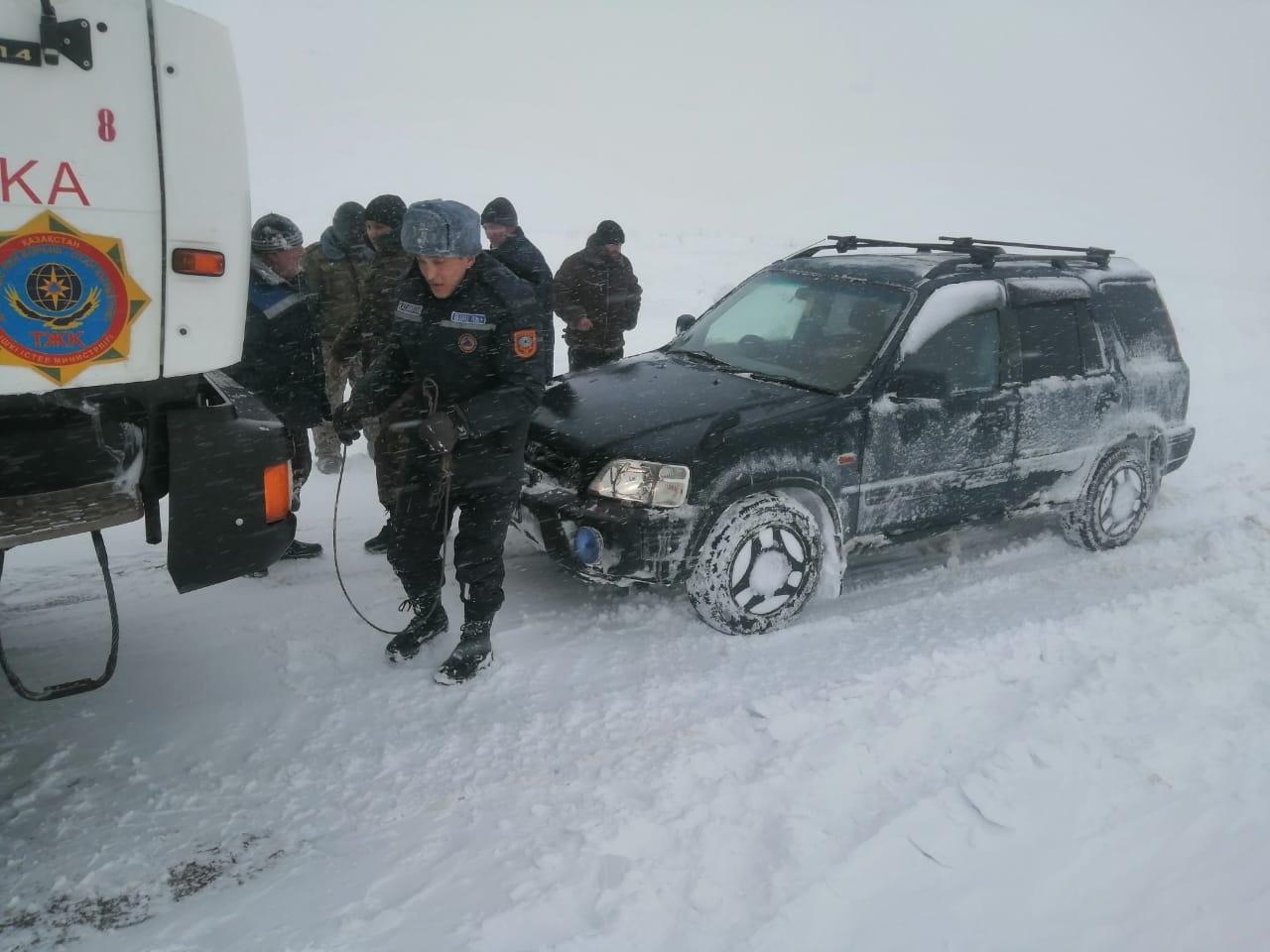 В Карагандинской области людей вызволяют из снежного плена