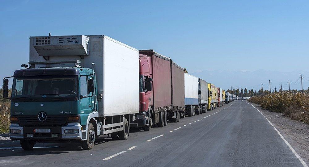 Колонна киргизских грузовых машин застряла в Жамбылской области