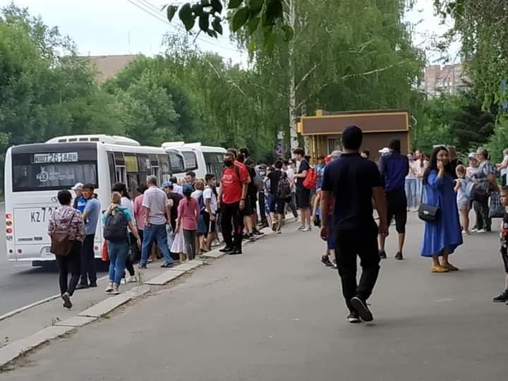 В Усть-Каменогорске транспортный коллапс: часть автобусов не вышли на линии