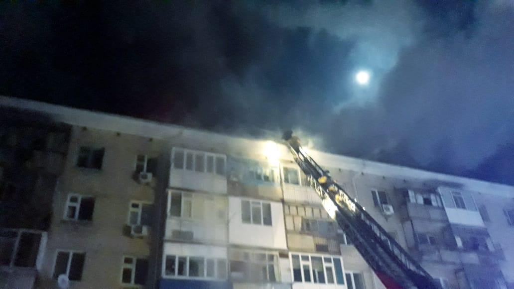 В Актобе загорелась крыша малосемейного общежития