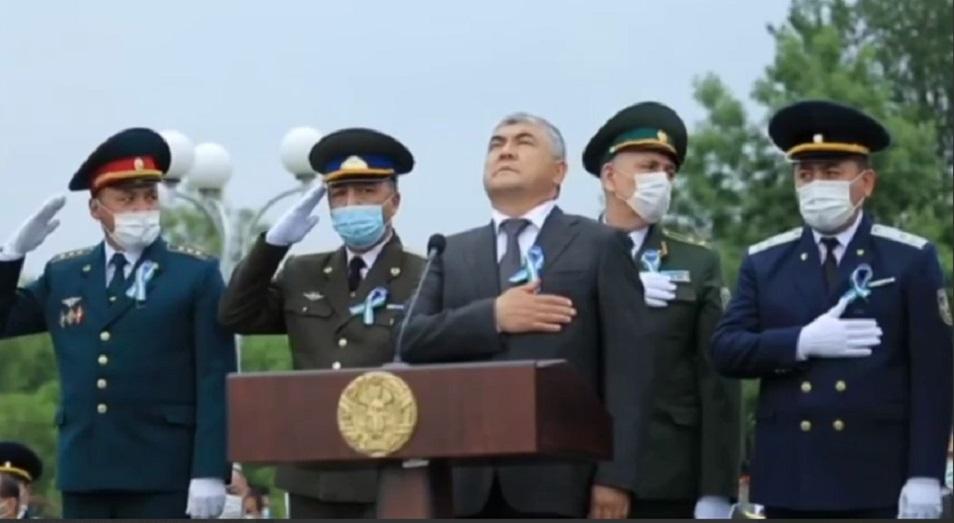Слушая гимн страны, госслужащие Узбекистана растерялись