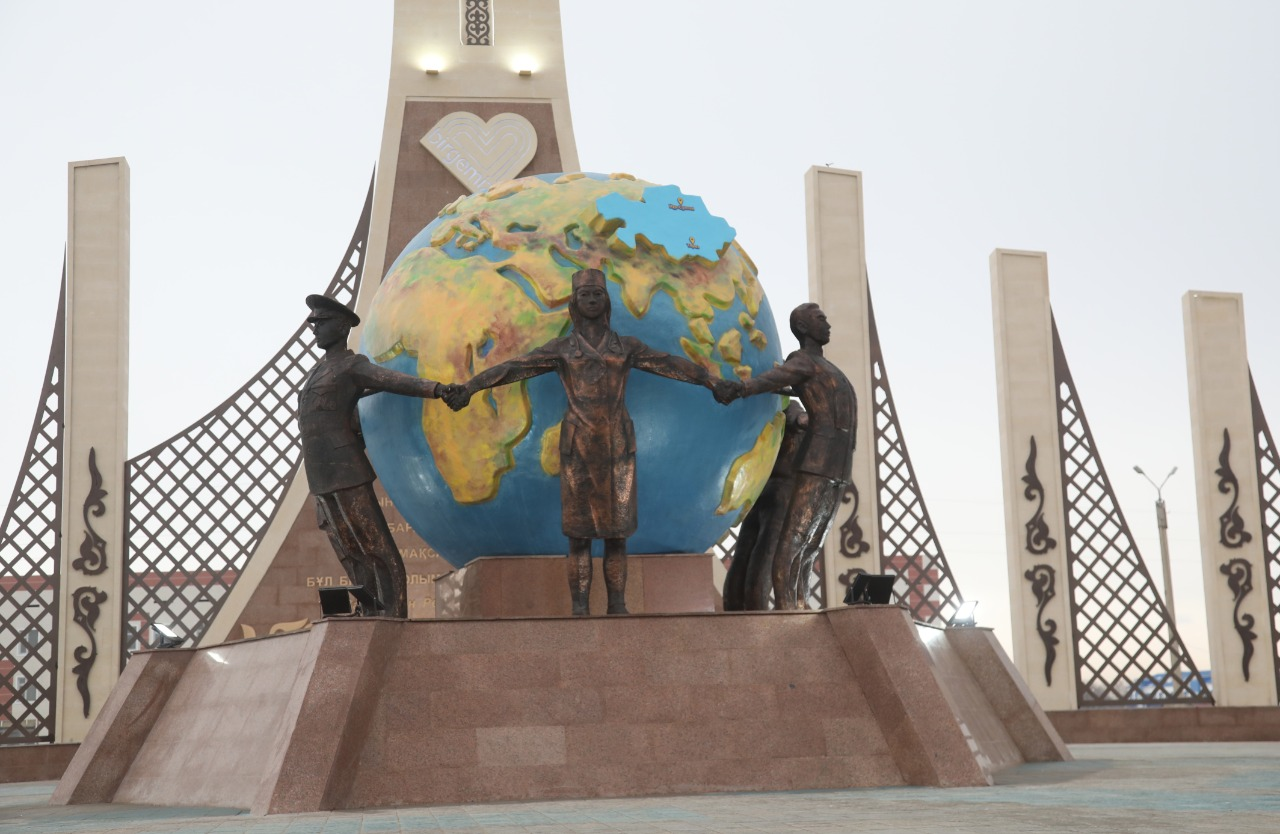 Посвященный борцам с коронавирусом монумент Biz birgemiz появился в Таразе