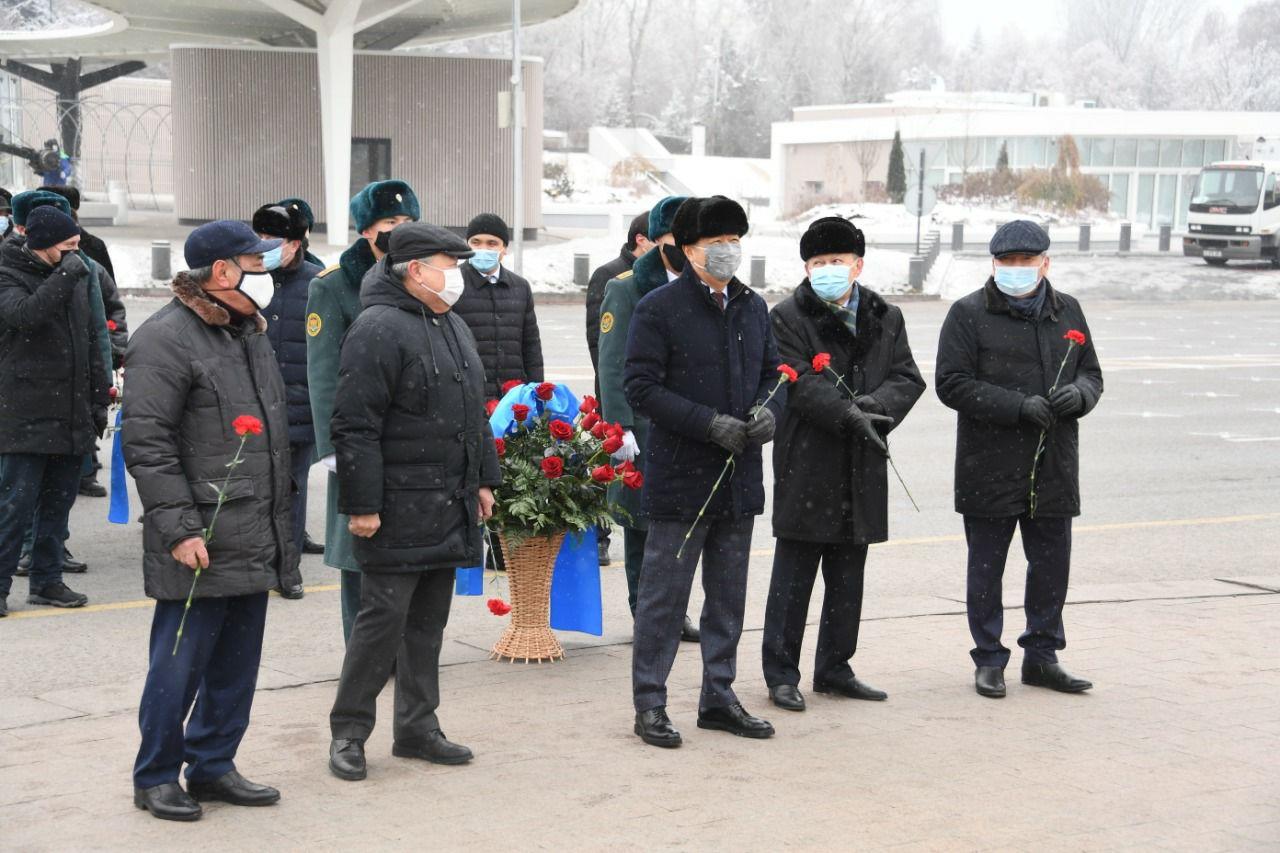 Аким Алматы Бакытжан Сагинтаев возложил цветы к монументу «Тәуелсіздік»