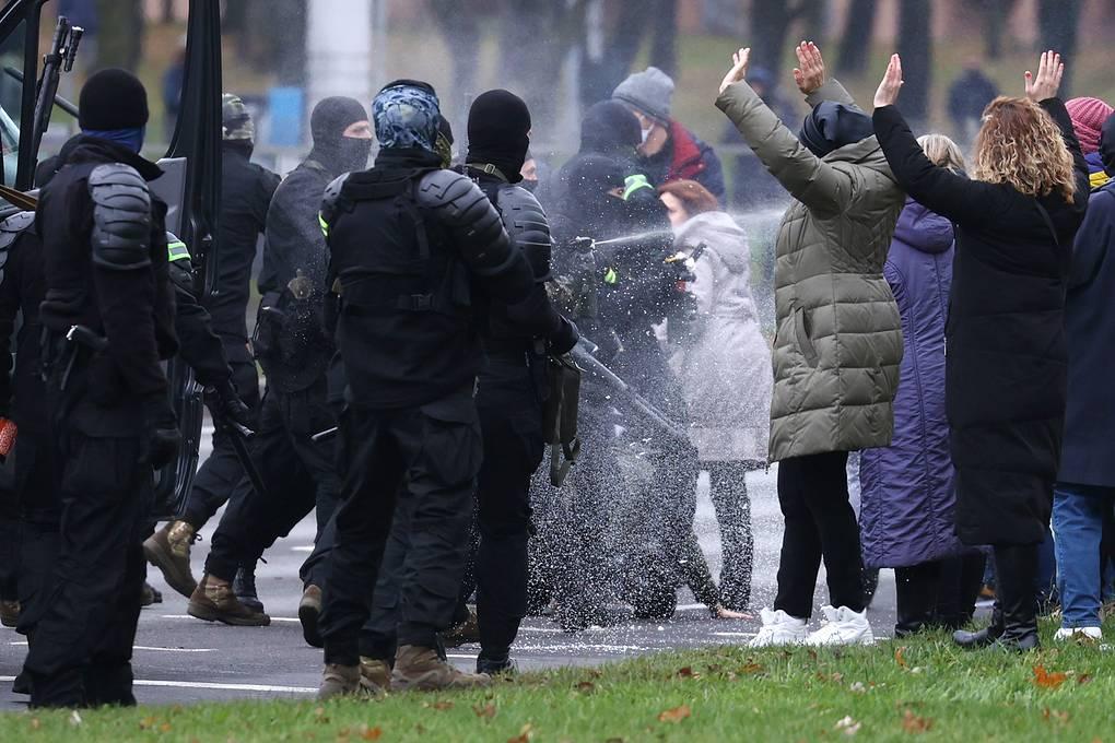 СМИ: в Минске силовики применили спецсредства против демонстрантов