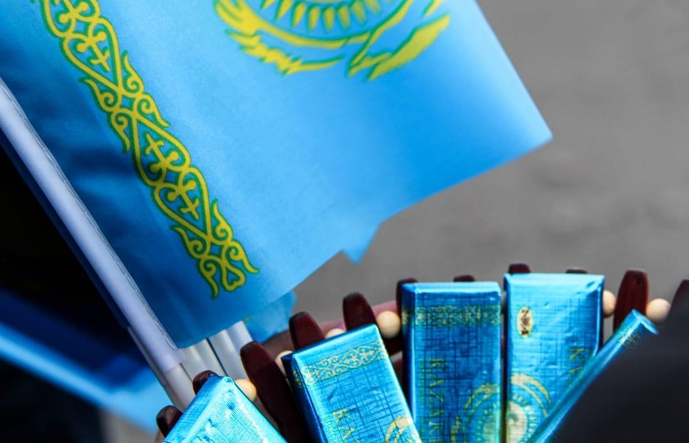Павлодарцы вывесили на балконы государственные флаги