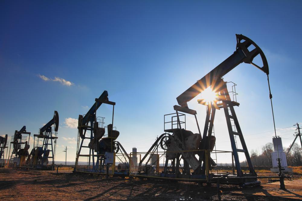 Цены на нефть поднимаются после обвала накануне