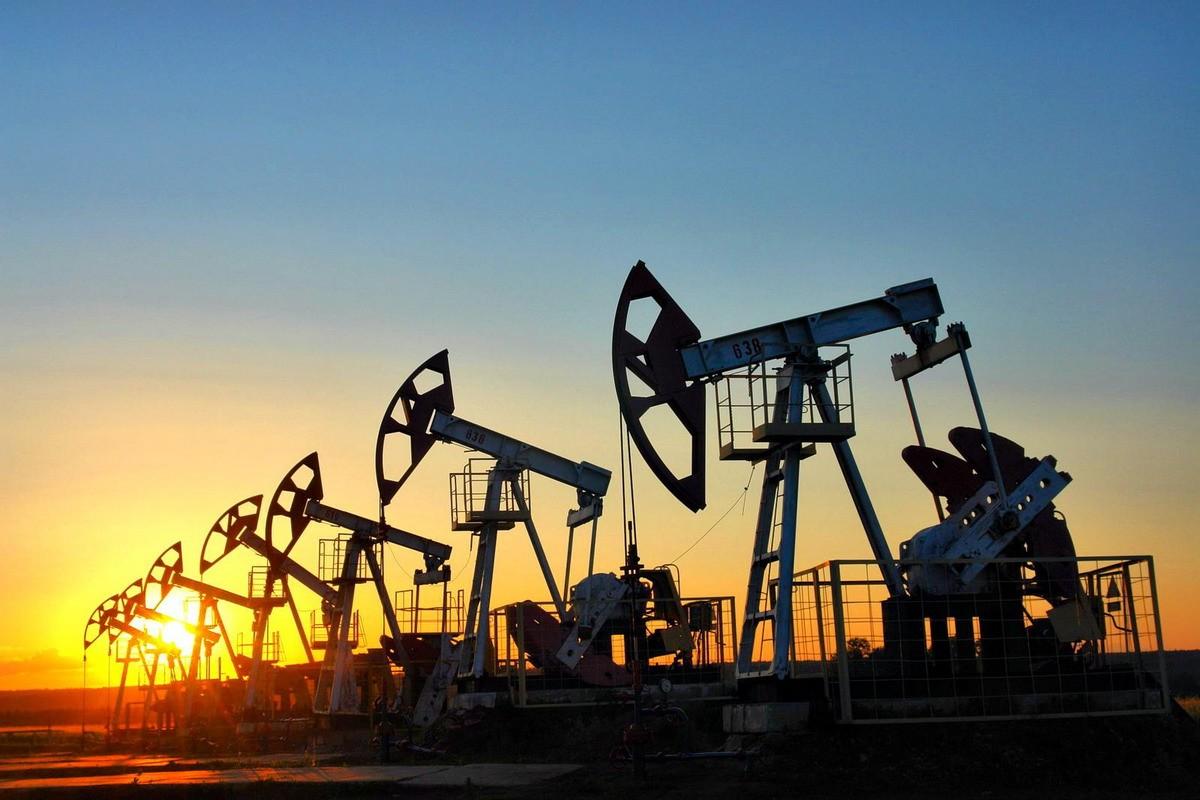 Цены на нефть снижаются, но завершают неделю ростом