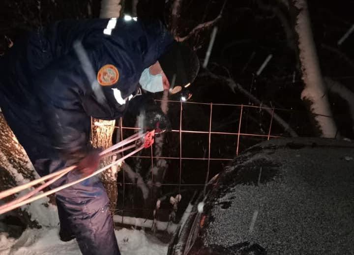 В Алматинской области троих людей спасли из повисшей над обрывом машины