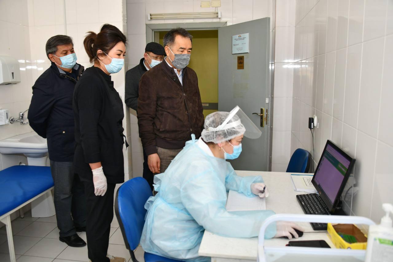 Бакытжан Сагинтаев проверил работу прививочных пунктов в Алматы