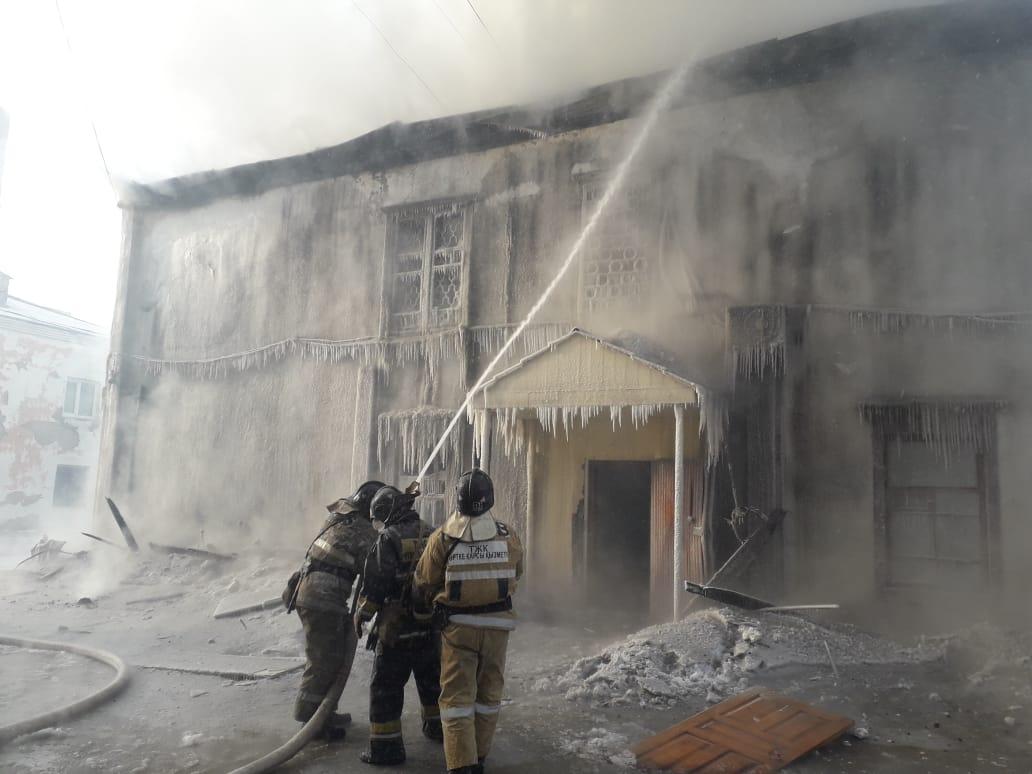 В ВКО горит административное здание одного из предприятий