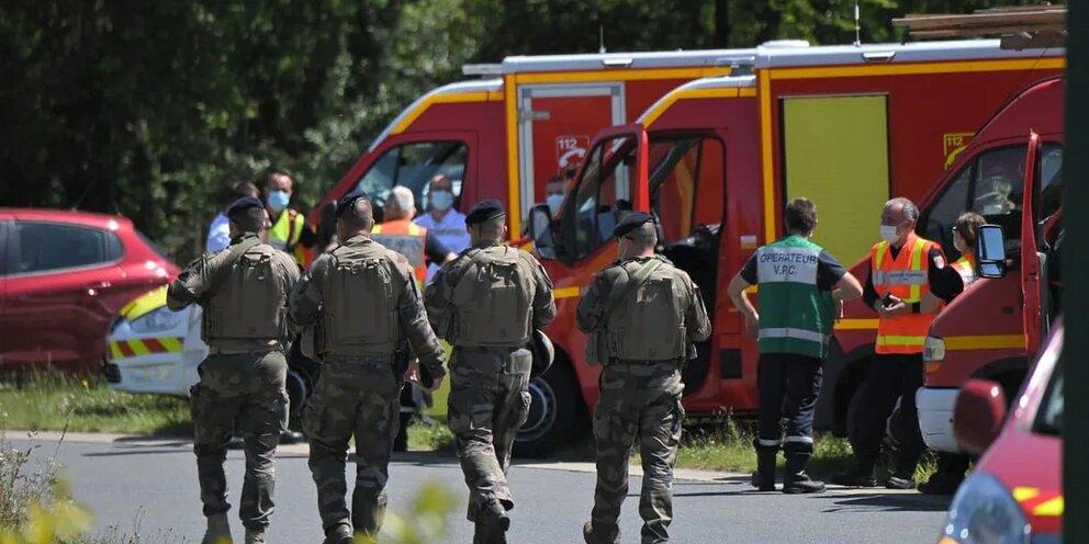 Во Франции идет спецоперация по поиску стрелявшего в жандармов