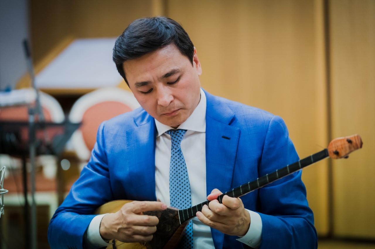 День домбры: Алтай Кульгинов передал астанчанам необычный челлендж