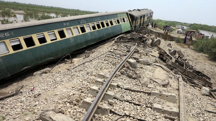 В Пакистане столкнулись два поезда