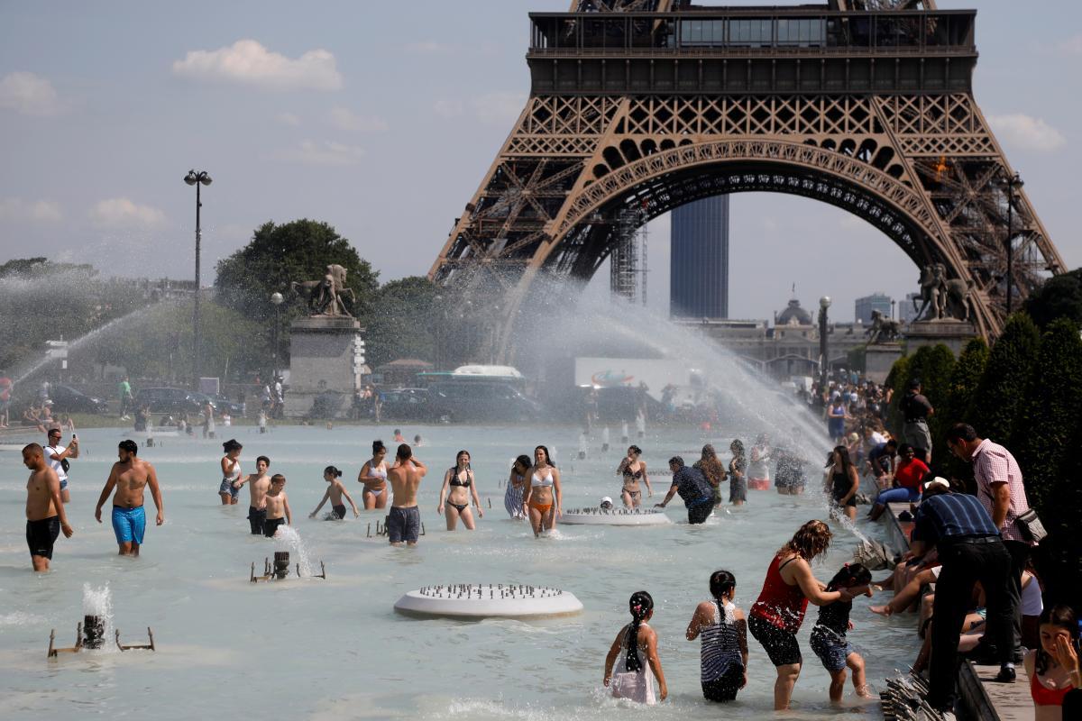 На востоке Франции объявили предпоследний уровень погодной опасности из-за гроз и жары