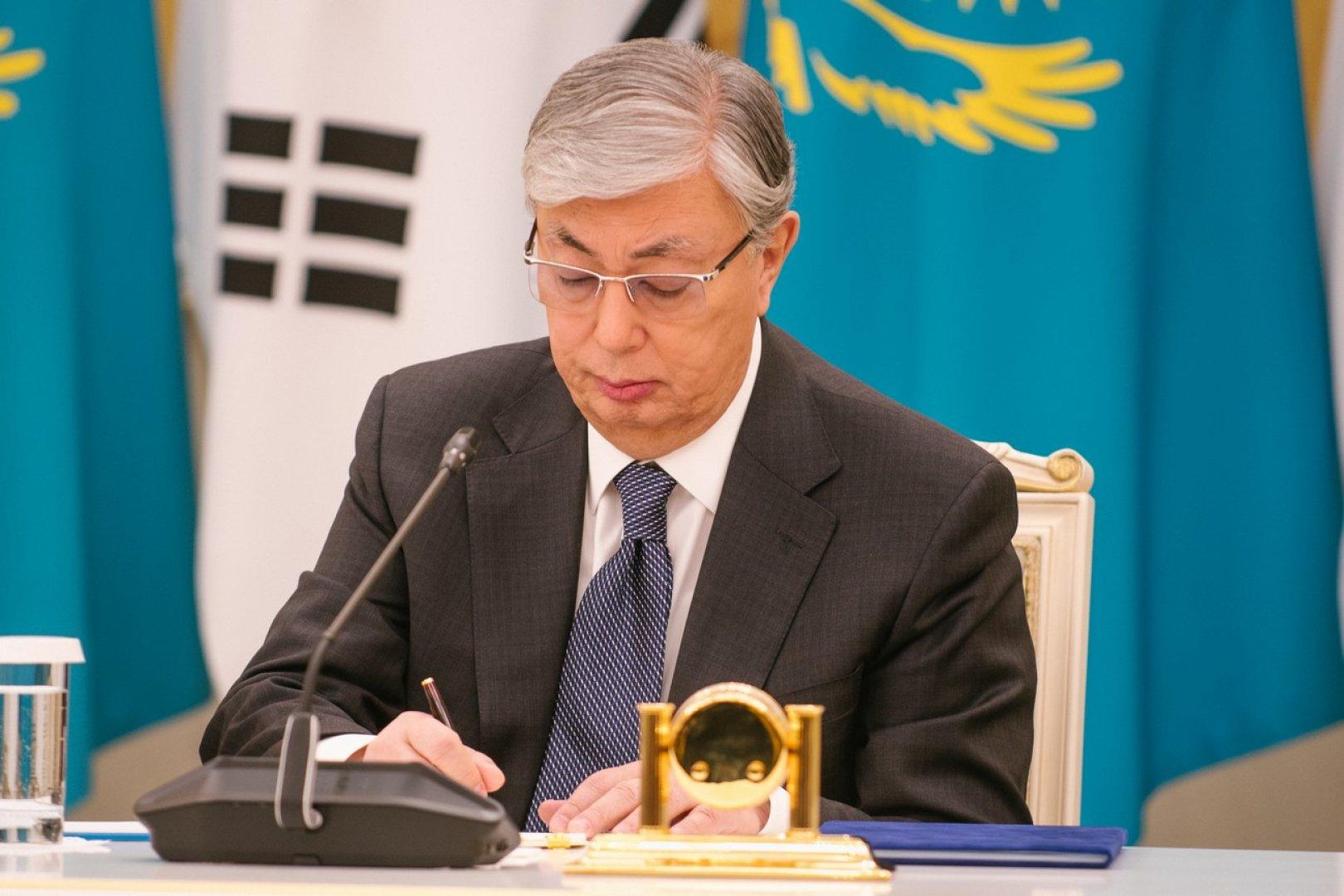 Токаев подписал закон, позволяющий казахстанцам использовать часть пенсионных накоплений