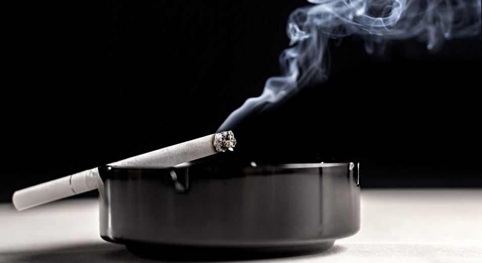 В Казахстане курят 1 из 10 женщин и 4 из 10 мужчин