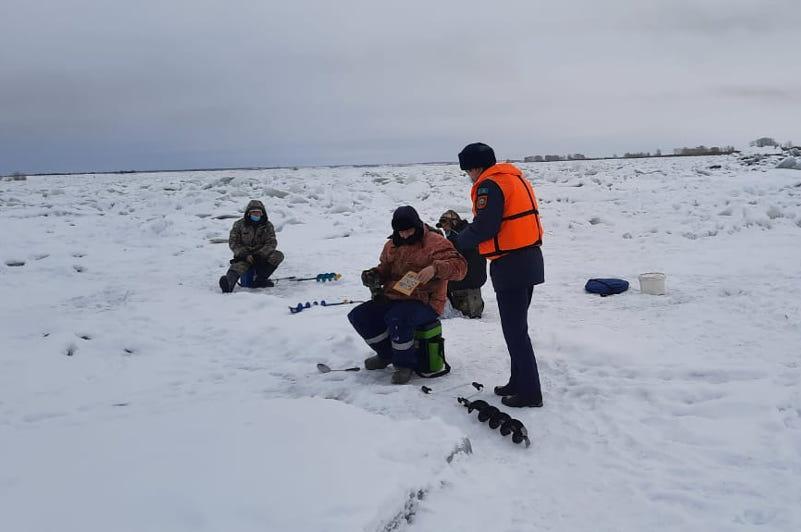 В ВКО спасатели предупреждают о тонком льде