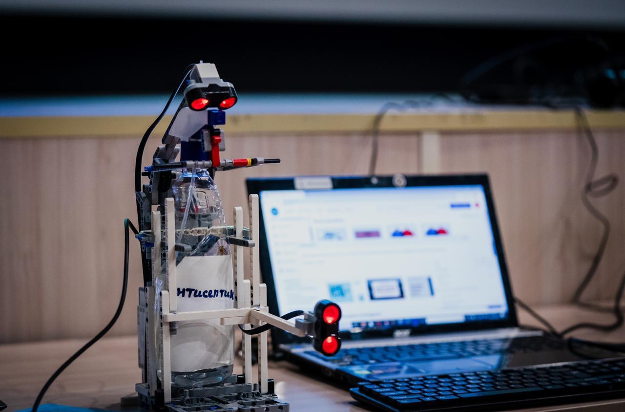 Аким столицы ознакомился с проектами школьников на STEM-олимпиаде