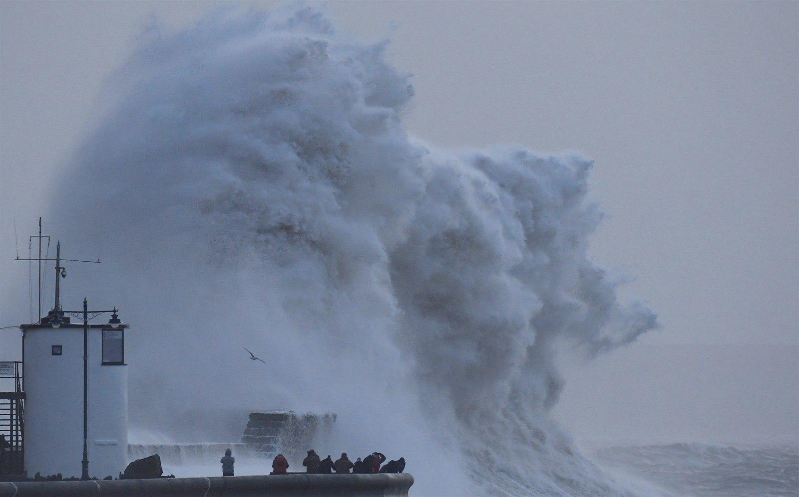 """Ураган """"Белла"""" пришел в Бельгию и Францию с ветрами свыше 100 км в час"""